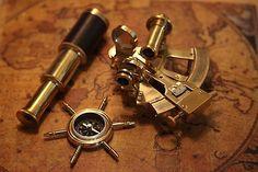 Przedmioty marynistyczne, nautyczne, prezenty dla Żeglarzy, wystrój w morskim stylu – drewniane modele jachtów i żaglowców, mosiężne kompasy, busole kapitańskie, sekstanty w stylowych pudełkach, dawne lunety żeglarskie, mosiężne dzwony pokładowe i żeglarskie lampy okrętowe, drewniane koła sterowe, żeglarskie zegary słoneczne, będące wspaniałą ozdobą, dekoracją marynistyczną, wprowadzającym elitarny wystrój w morskim stylu, Marynistyka.org, Marynistyka.pl, Sklep.marynistyka.org