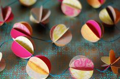 Pretty paper garland ... can totally see myself recycling all of that wrapping gift paper I have !