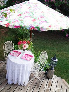 We love this beautiful umbrella slipcover that @Mod Vintage Life {Nita Stacy} made using @Waverly fabric!  #waverize