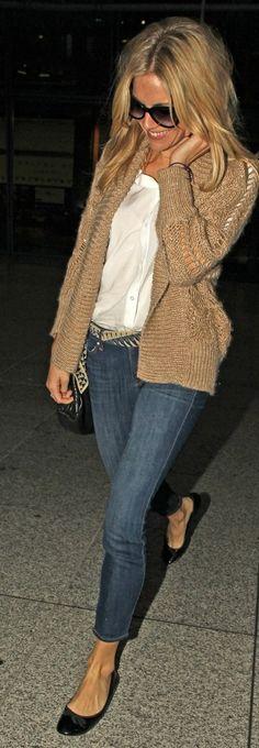Sienna Miller, con vaqueros o jeans, zapato plano y prenda de punto.