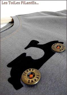 """Motif """"scooter"""" en feutrine et boutons de métal."""