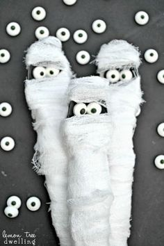 Mummy-Wrapped Utensils - an adorable addition to your Halloween table!