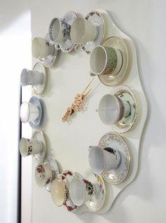Horloge avec d'anciennes tasses