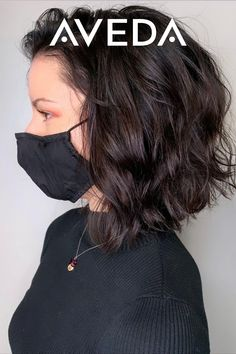 Is this the summer you cut your hair short? Let this espresso brunette a line bob from @laceykayhair serve as your short hair style inspiration. Add a little extra textured curl for the ultimate beach hair. Check out our board for more short hair ideas or click the link for vegan and cruelty-free hair styling products from Aveda for all your medium to short hair styling needs.
