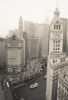 chicago photograph of the wrigley building and chicago river.
