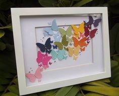 Divertido cuadro alterado con retales de papeles y varios troqueles de mariposas.