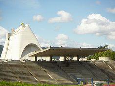 stadion Firminy met kerk op achtergrond...