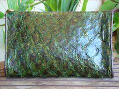 Carteira em couro de peixe pirarucu, com selo do ibama, na cor verde/VeraAklander