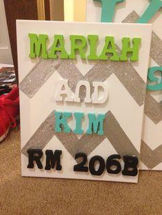 DIY Canvas Dorm Door Sign too cute! made with cork would be super functional Dorm Door Diy, Diy Canva, Diy Dorm Door Signs, Diy Dorm Door Decorations