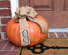 Monogrammed Burlap Bow. Super cute - I think you mentioned getting things monogrammed. Would be pretty on a food table too.