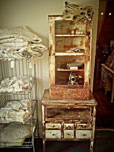 Deluxe old medicine cabinet! Rusty Chippy Good!