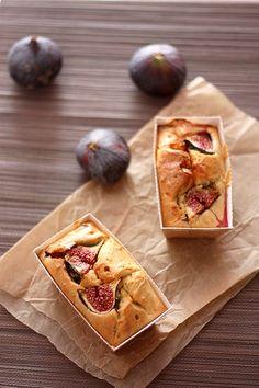 Cake salé aux figues et fromage de chèvre  Pour 1 gros cake ou 12 petits cakes  - 5 oeufs  - 250g de farine T55  - 1/2 sachet de levure  - 125g de lait  - 50g de beurre fondu  - poivre du moulin  - 1 cs de miel  - 3/4 de bûche de chèvre  - 6 figues