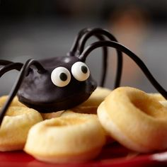 Look what you can do with a doughnut! Bake your own fresh doughnuts in Wilton's Mini Doughnut Pan, then dip them in Candy Melts® candy and decorate with black licorice strings and candy eyeballs. spider mini, dip, doughnuts, mini doughnut, candi, minis, wilton mini, holiday idea, black