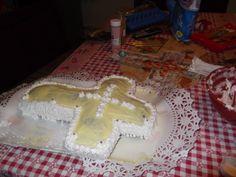 Torta  en forma de cruz , en amarillito y blanco