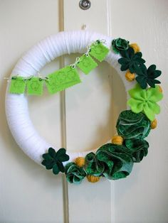 St Patty's Day Wreath - This homemade wreath features felt, yarn and stamps. holiday, craft, stpatti, patti wreath, homemad wreath, st patti, st patrick, clover wreath, wreaths