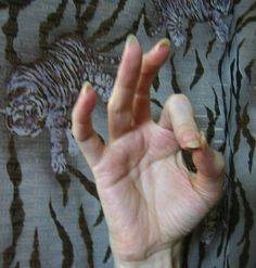Gyan Mudra    Grounding.       The Gyan mudra represents the starting place or home. It takes you back to your roots, or a simpler time. Clears the mental facilties. How to form the Gyan mudra:Thumb and index fingers touch at tips. Middle, ring, and pinky fingers are relaxed, curved slightly.