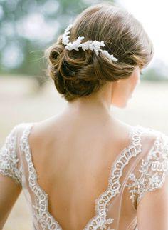 bellissima acconciatura originale raccolta per la sposa con accessorio bianco - http://www.matrimonio.it/collezioni/acconciatura/