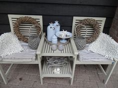 leuk hoekje in de tuin. Attaching table top and shelf to the legs of two chairs. Great idea.