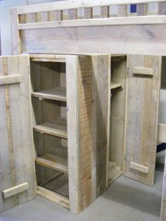 Grote houten kledingkast