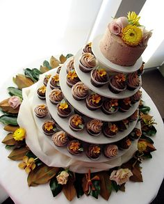 Cupcake wedding cake! This is awesome =)