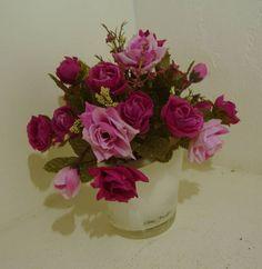 Mini arranjo em vaso branco leitoso,com flores rosas e botões em dois tons de cores. R$ 32,96