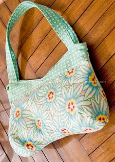 Poinsettias curvy bag (with free pattern) - Easy to make and so cute!