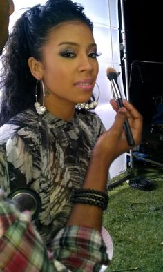Love the natural look on Keyshia Cole AND her earrings...