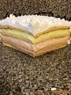 Recept za Šarenu Tortu. Za spremanje torte neophodno je pripremiti jaja, šećer, ulje, brašno, prašak za pecivo, puding, mleko, šećer, gustin, šlag, slatku pavlaku.