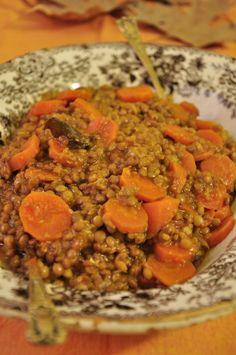 Φακές γιαχνί με αρωματικά καρότα και φασκόμηλο