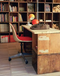 Work desk made of recycled boxes