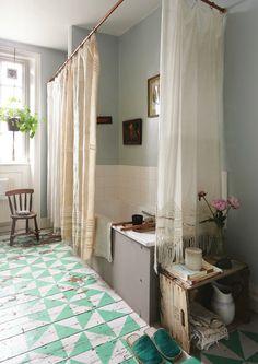 Une salle de bains bohéme au vieux parquet graphique.