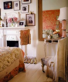 Love the girlie, cozy feel of this room ♥