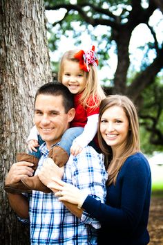 Simple family poses for family of three! Kids love going on the shoulders- so use that to your advantage! Family Portrait posing, Cute poses for family of three, What to wear for family portraits, Outdoor Family photography
