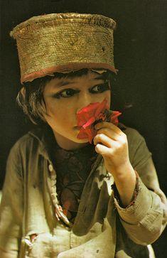 """""""La route de Samarkand"""" de Roland et Sabrina Michaud, Ed. du Chêne, 1983.    Mai 1974, Hounza, Pakistan. Fillette à la rose."""