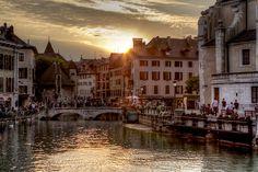 Annecy es una localidad situada en el extremo norte del lago de Annecy, en su desembocadura natural, a 35 kilómetros al sur de Ginebra en Francia