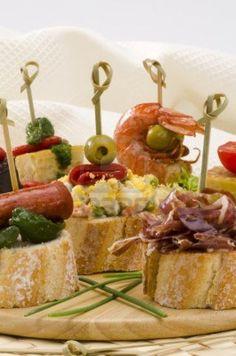 Cocina española. Montaditos. Pan de molde cubierto con una variedad de aperitivos.