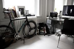 des-i-gn:  on hiatus, queued #fixed #gear #lifestyle #room #bike