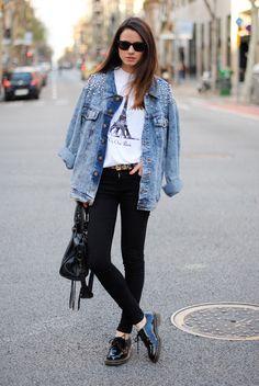 Este look es sencillo pero con mucho estilo. La chamarra de mezclilla oversized le da un toque retro increíble al outfit