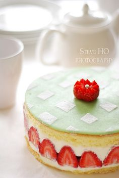 Strawberry sponge cake with green fondant