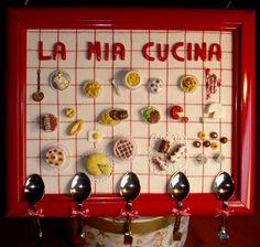 Quadretto per la cucina: fondo in tela rustica, mini-cibo in fimo e gancetti- appendini ricavati da cucchiaini piegati.