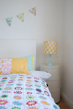 ♥ white crochet blankets with bright centres like this.