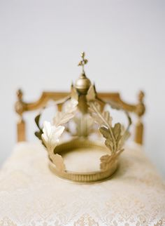 Gold crown / Laura Catherine Photography