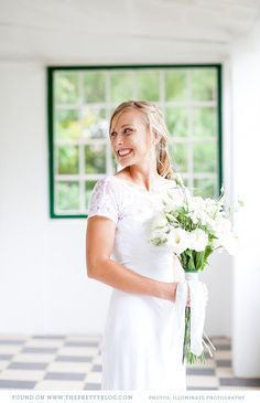 White & green bouquet | Photography: Illuminate Photography