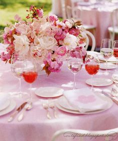 Love this #table and all its #pink goodness!