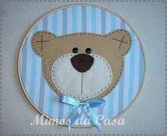 http://www.elo7.com.br/quadro-redondo-ursinho-azul/dp/13FEFB  Quadro em Bastidor Confeccionado em Tecido de Algodão com Aplique Bordado em Feltro 22 cm Diâmetro   Pode ser bordado o Nome do bebê. R$40,00