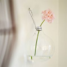Make this beautiful vase with a lightbulb that has burnt out. Takes just a few minutes. Tutorial in English and Swedish.