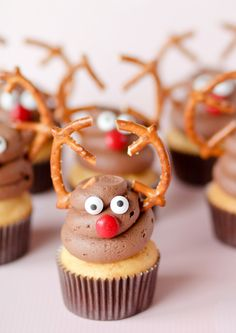 Reindeer Cupcakes {Confessions of a Cookbook Queen} #dessert #christmas #cupcake