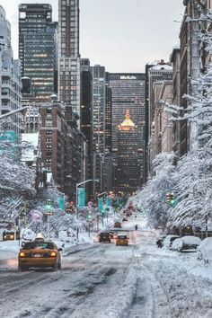 NYC. Snow in Park Ave, MetLife Building