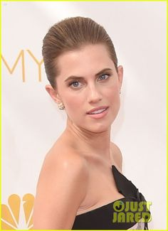 Allison Williams Looks Like a Princess at Emmys 2014 in Van Cleef jewelry.