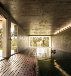 Cork-clad house by Contaminar Arquitectos features a shadow-filled swimming pool